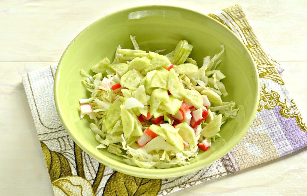 Фото рецепта - Салат с капустой, крабовыми палочками и грушей - шаг 3