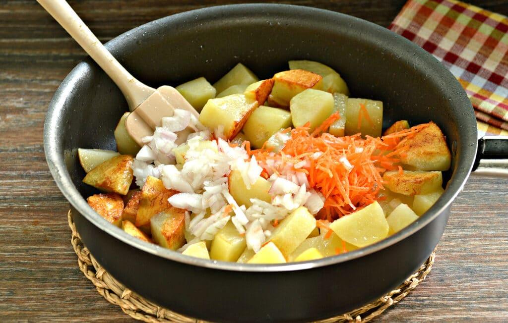 Фото рецепта - Тушёный картофель на сковороде с фаршем - шаг 3