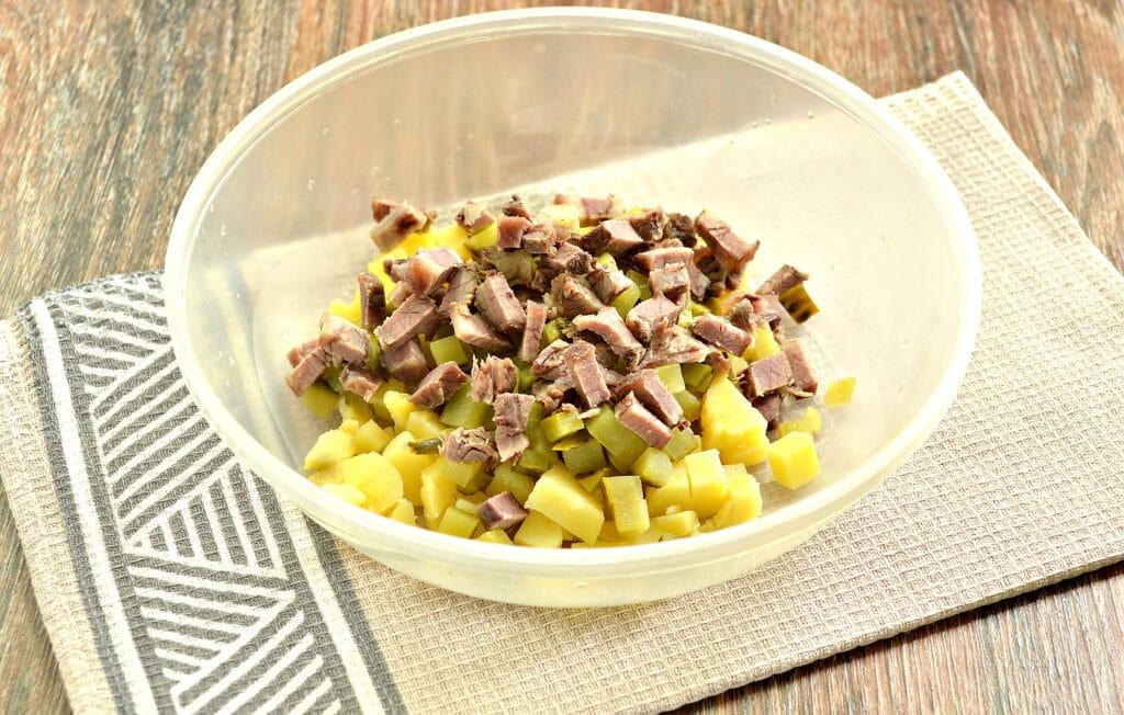 Фото рецепта - Салат с говядиной и зеленым горошком - шаг 3