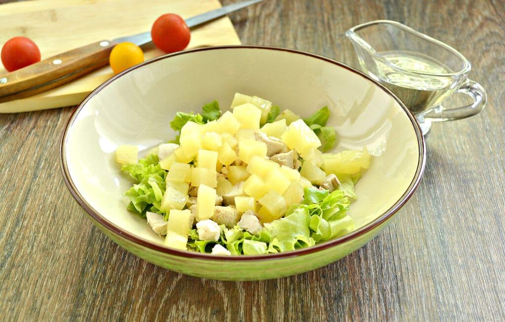 Фото рецепта - Куриный салат с ананасом и авокадо - шаг 3