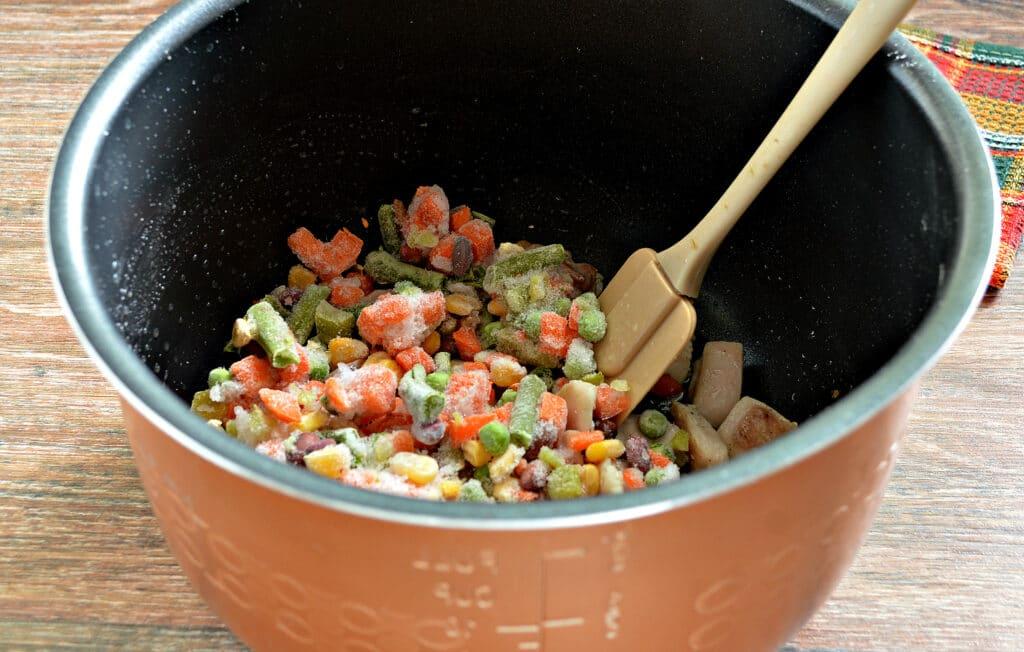 Фото рецепта - Курица с замороженными овощами в мультиварке - шаг 3