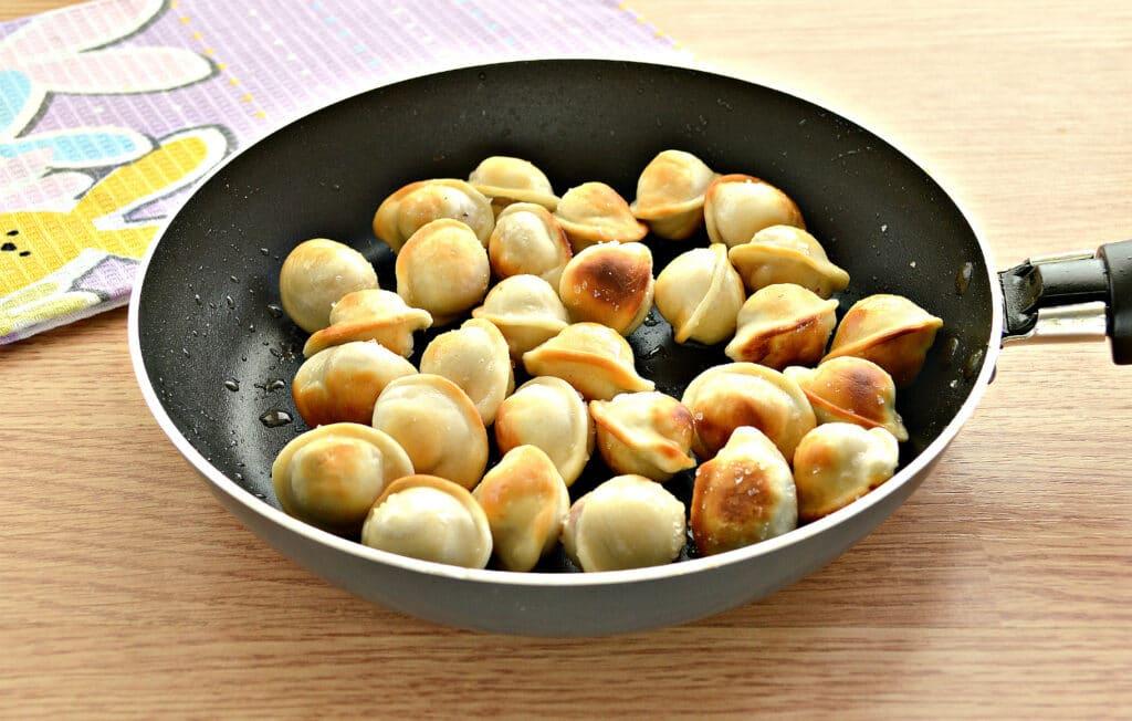 Фото рецепта - Замороженные пельмени на сковороде - шаг 3