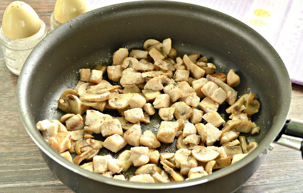 Фото рецепта - Спагетти с курицей, грибами и сыром - шаг 3