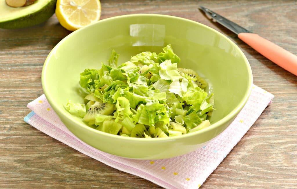 Фото рецепта - Витаминный салат из авокадо и киви - шаг 3