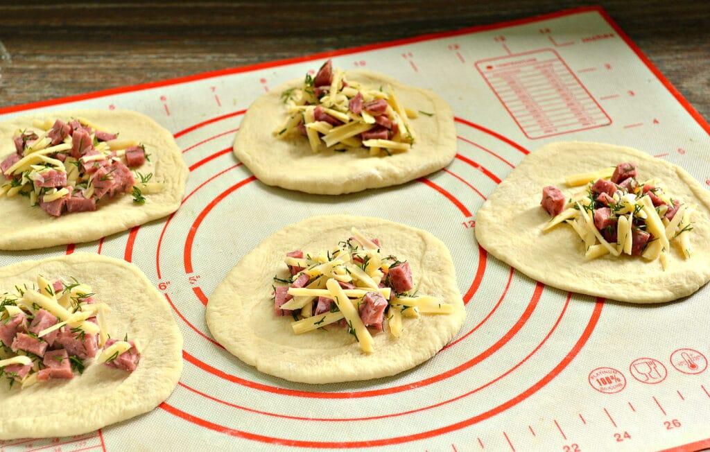 Фото рецепта - Пирожки-лодочки с колбасой и сыром - шаг 3