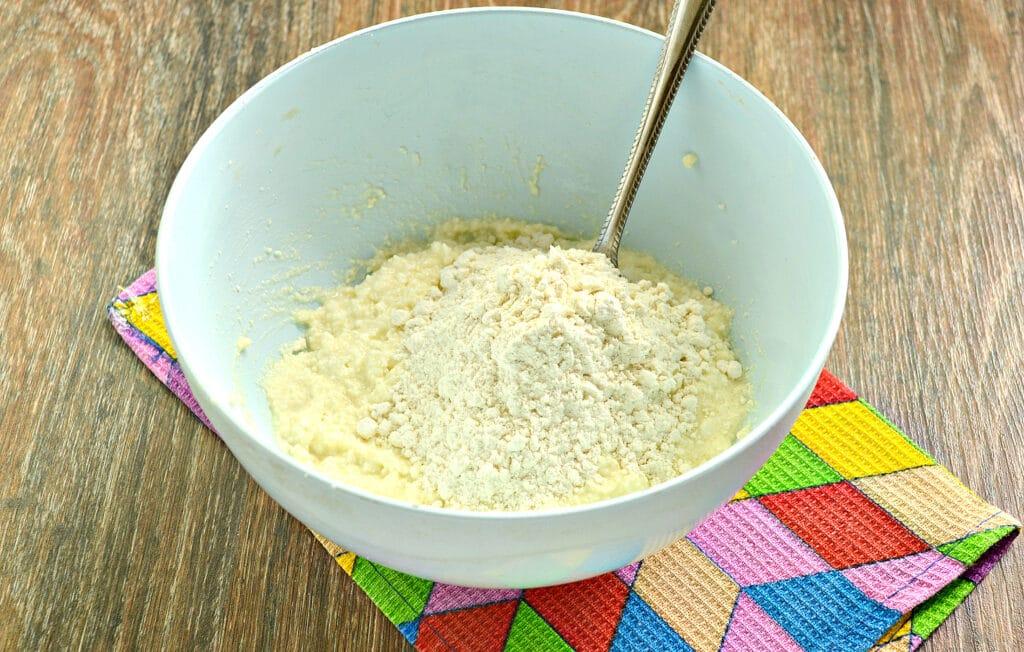 Фото рецепта - Сырники с ананасом - шаг 4