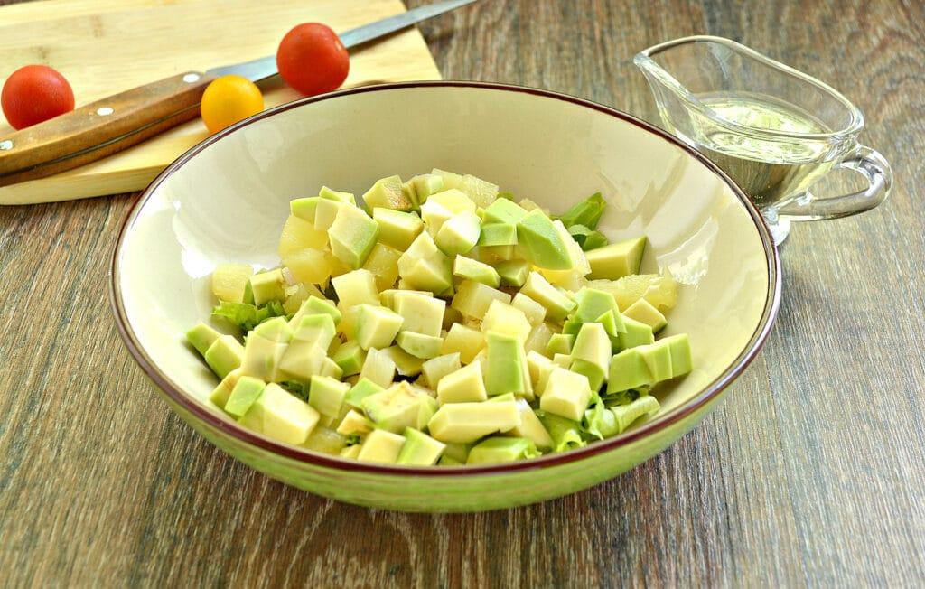 Фото рецепта - Куриный салат с ананасом и авокадо - шаг 4