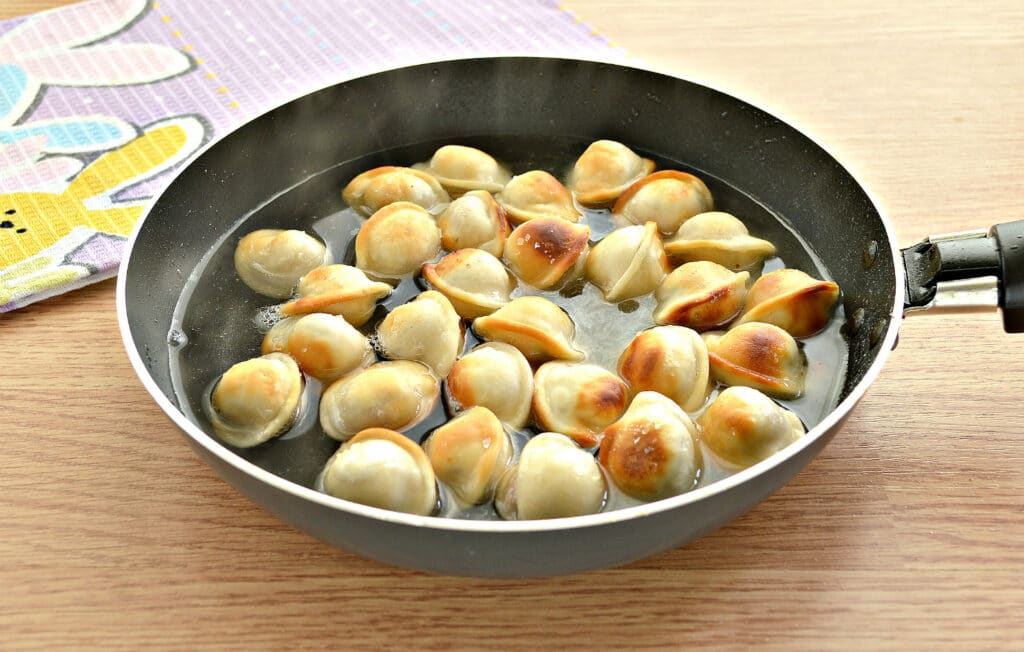 Фото рецепта - Замороженные пельмени на сковороде - шаг 4
