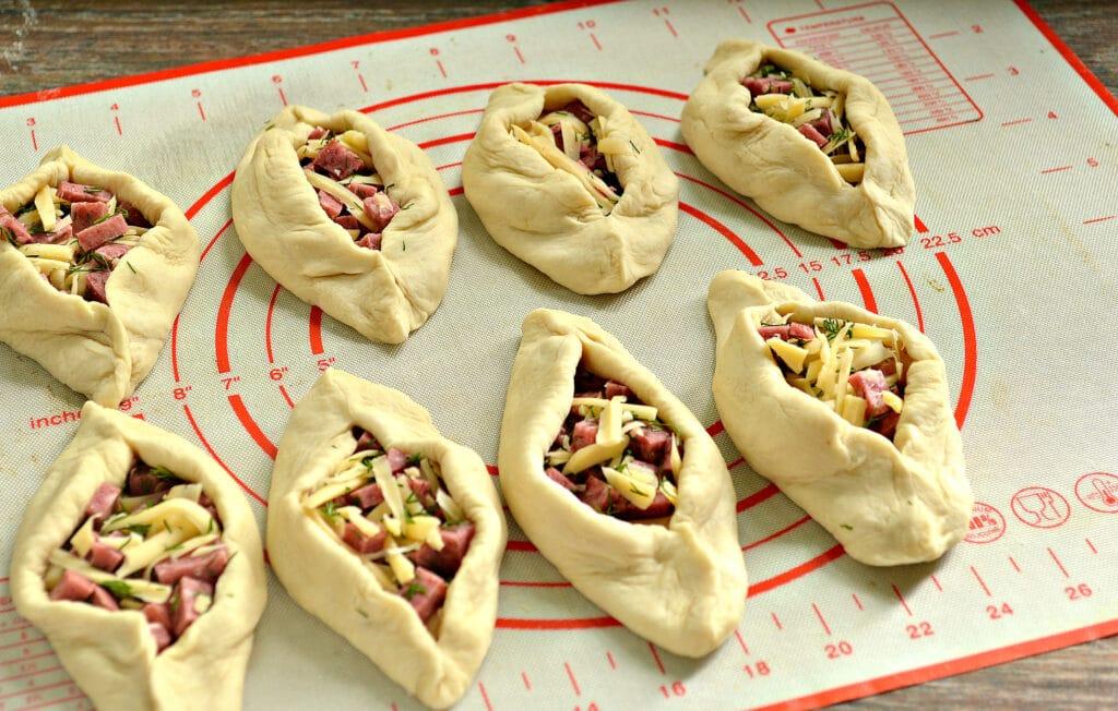 Фото рецепта - Пирожки-лодочки с колбасой и сыром - шаг 4