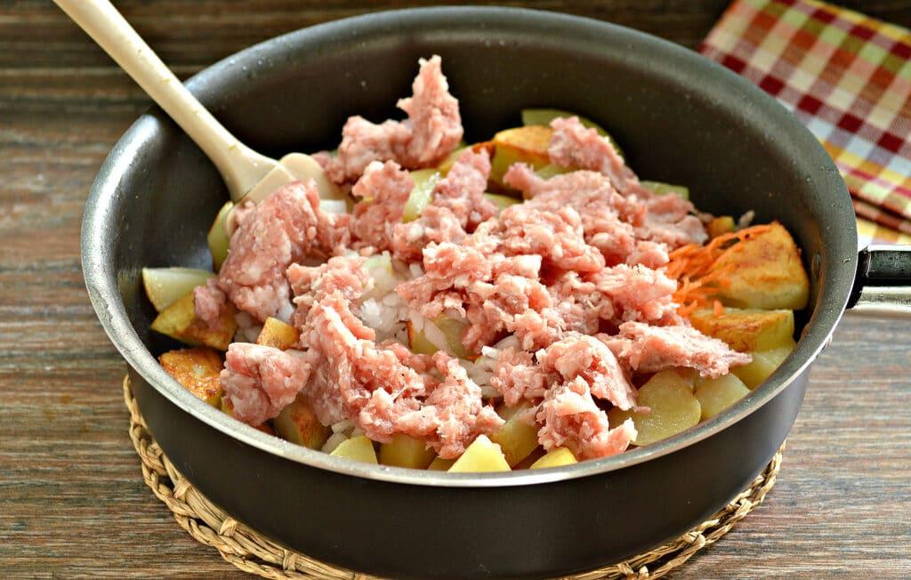 Фото рецепта - Тушёный картофель на сковороде с фаршем - шаг 4