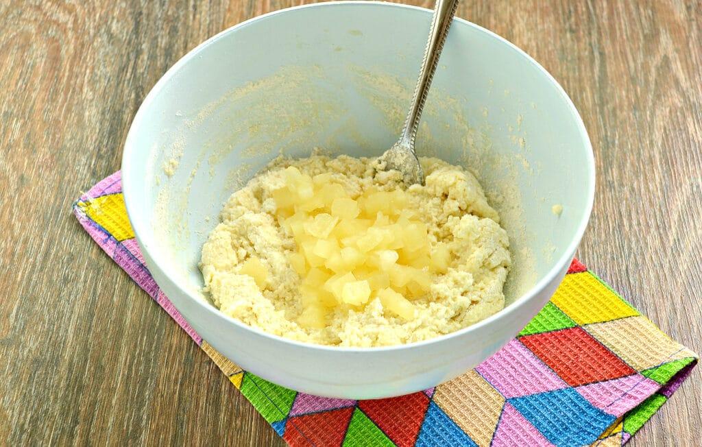 Фото рецепта - Сырники с ананасом - шаг 5