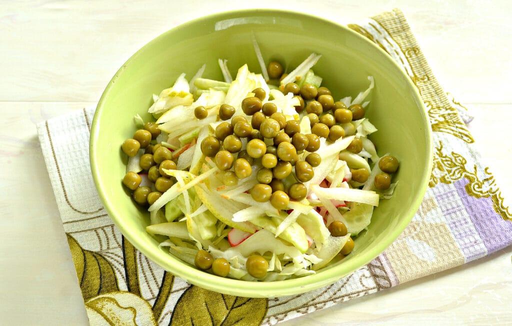 Фото рецепта - Салат с капустой, крабовыми палочками и грушей - шаг 5