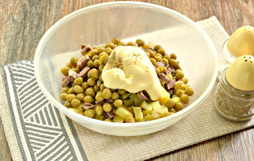 Фото рецепта - Салат с говядиной и зеленым горошком - шаг 5