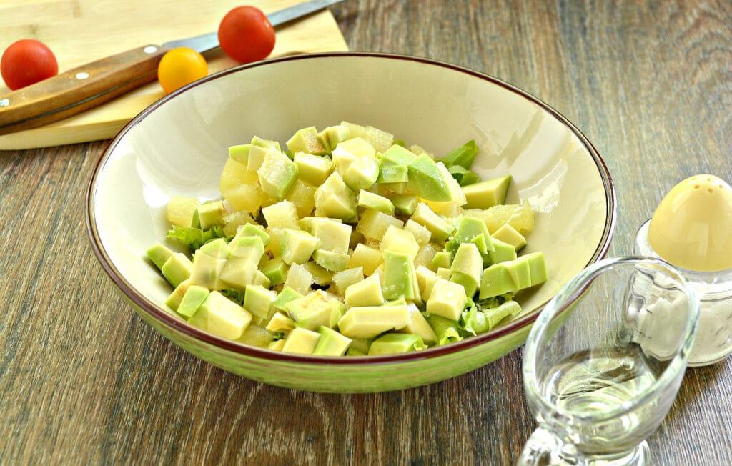 Фото рецепта - Куриный салат с ананасом и авокадо - шаг 5