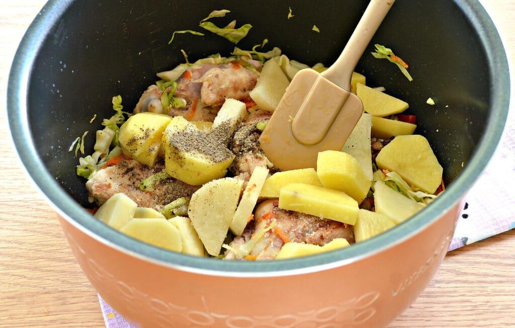 Фото рецепта - Куриные бедра, тушенные с овощами и картофелем в мультиварке - шаг 5