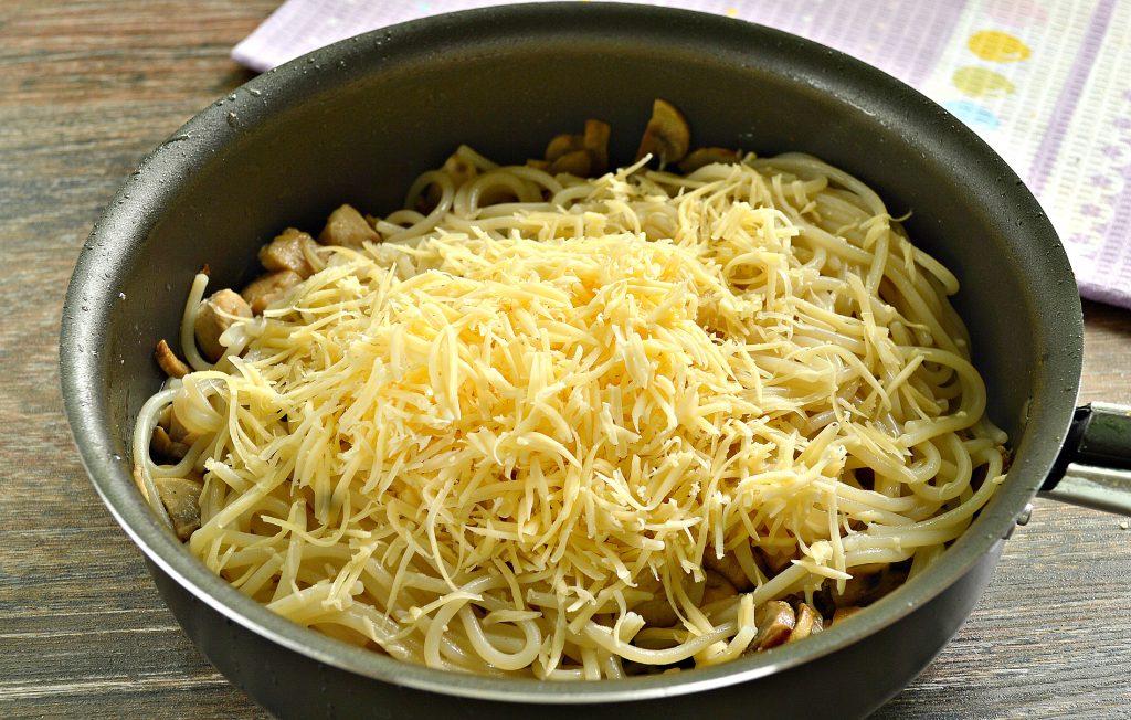 Фото рецепта - Спагетти с курицей, грибами и сыром - шаг 5