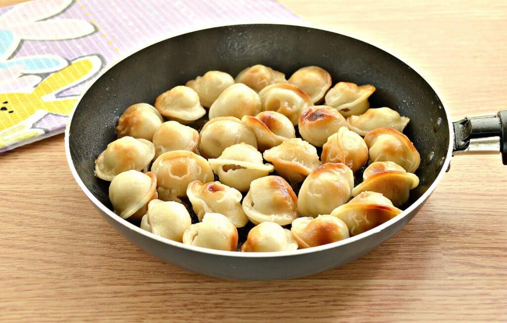 Фото рецепта - Замороженные пельмени на сковороде - шаг 5