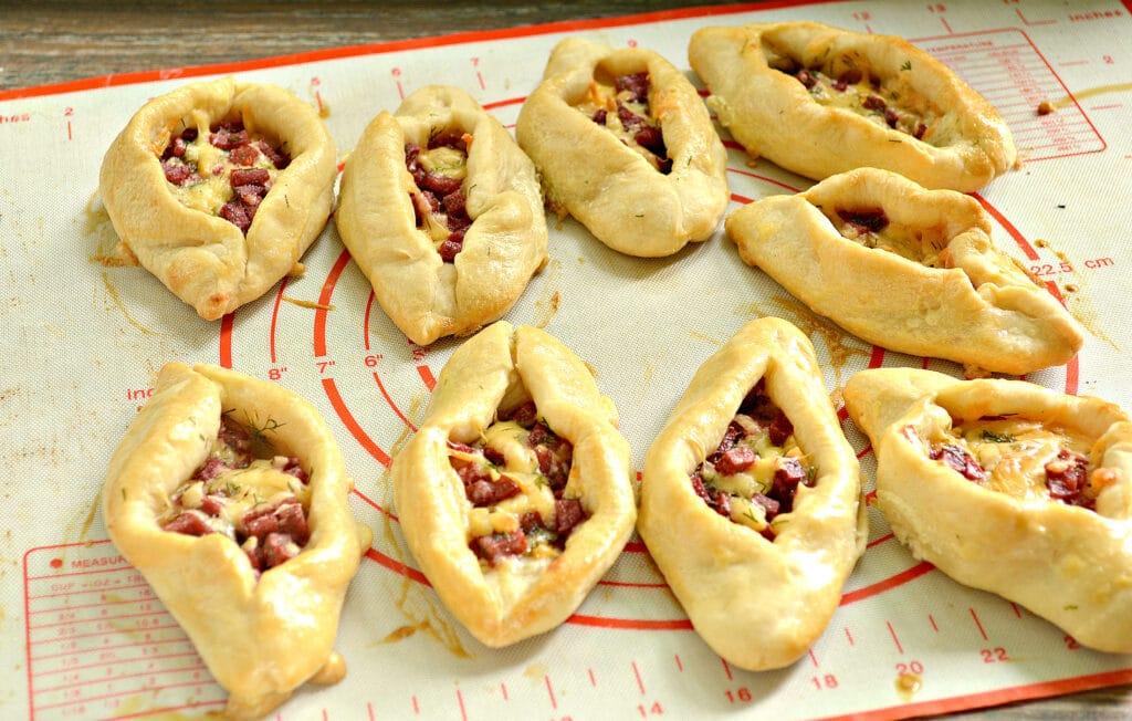 Фото рецепта - Пирожки-лодочки с колбасой и сыром - шаг 5