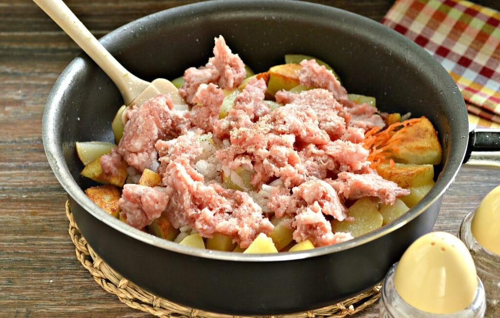 Фото рецепта - Тушёный картофель на сковороде с фаршем - шаг 5