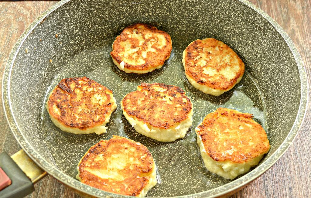Фото рецепта - Сырники с ананасом - шаг 6