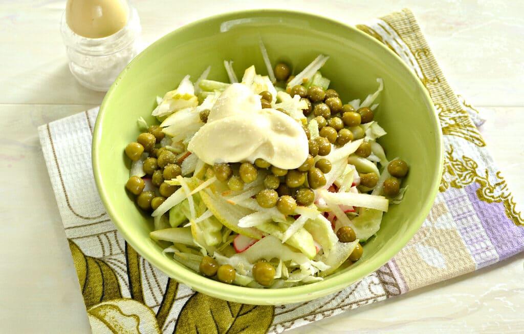 Фото рецепта - Салат с капустой, крабовыми палочками и грушей - шаг 6