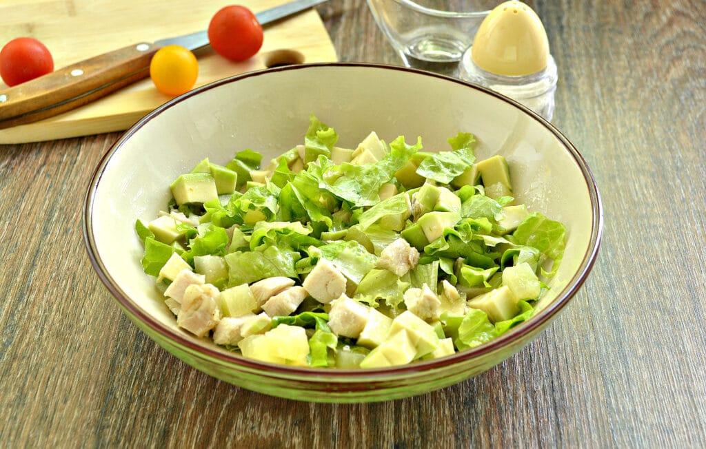 Фото рецепта - Куриный салат с ананасом и авокадо - шаг 6