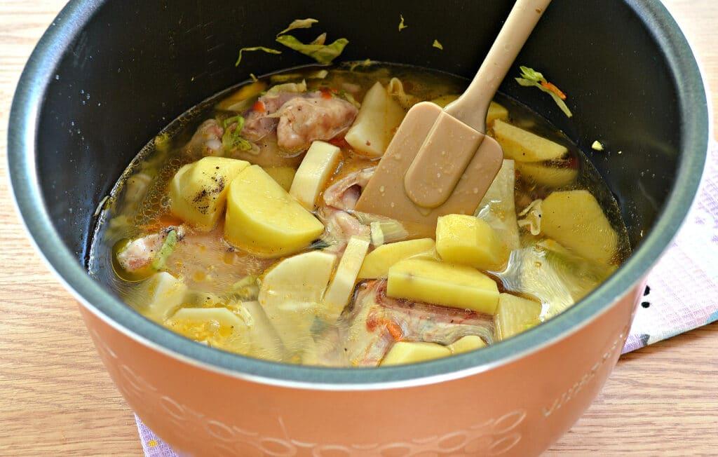 Фото рецепта - Куриные бедра, тушенные с овощами и картофелем в мультиварке - шаг 6