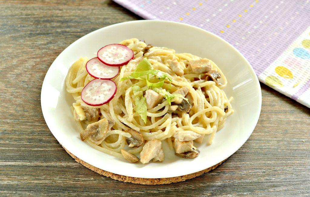 Фото рецепта - Спагетти с курицей, грибами и сыром - шаг 6