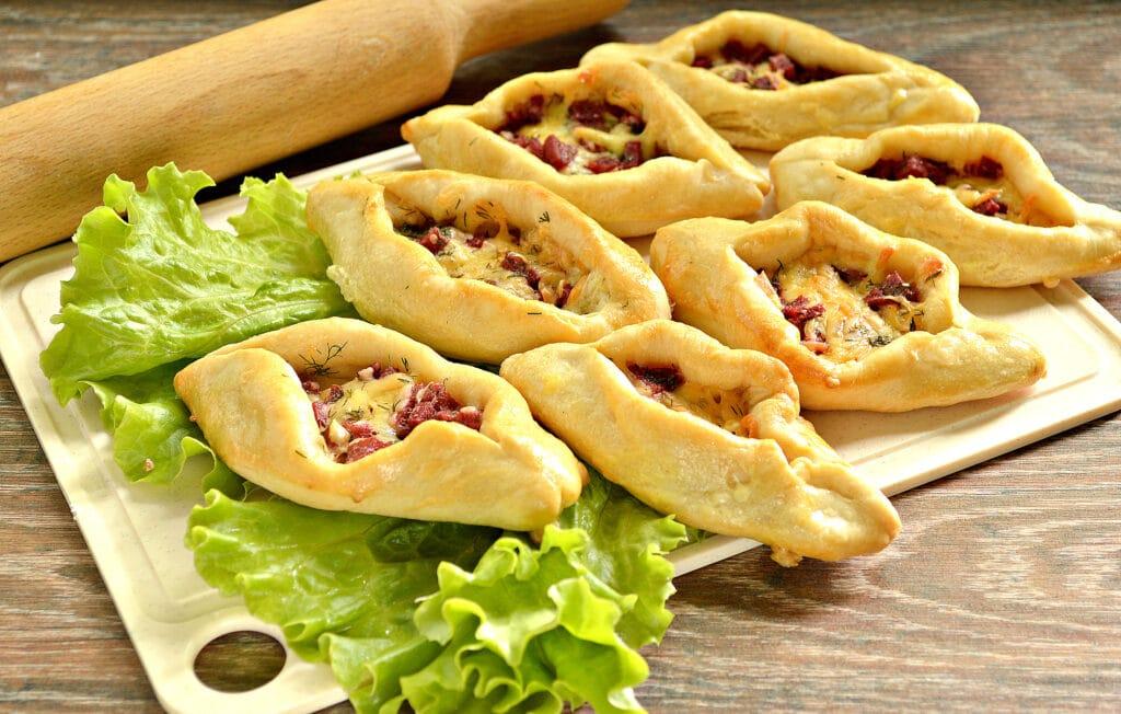 Фото рецепта - Пирожки-лодочки с колбасой и сыром - шаг 6
