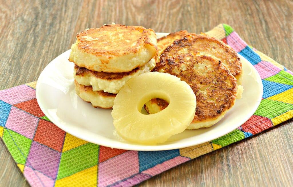 Фото рецепта - Сырники с ананасом - шаг 7