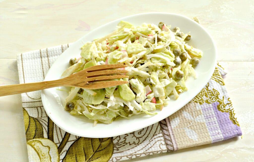 Фото рецепта - Салат с капустой, крабовыми палочками и грушей - шаг 7