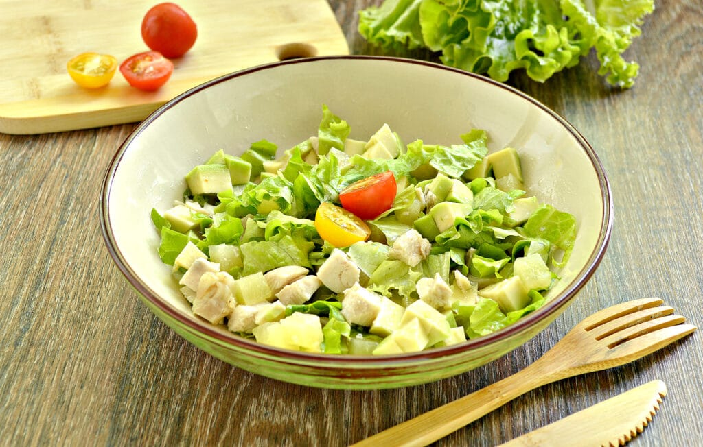 Фото рецепта - Куриный салат с ананасом и авокадо - шаг 7