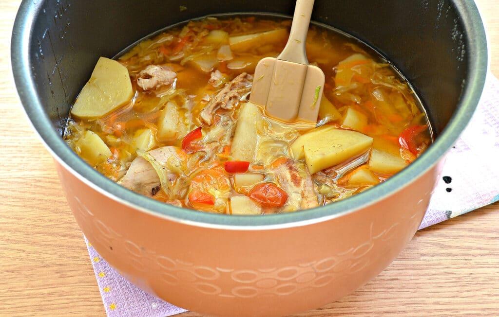 Фото рецепта - Куриные бедра, тушенные с овощами и картофелем в мультиварке - шаг 7