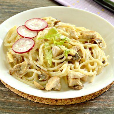 Спагетти с курицей, грибами и сыром - рецепт с фото