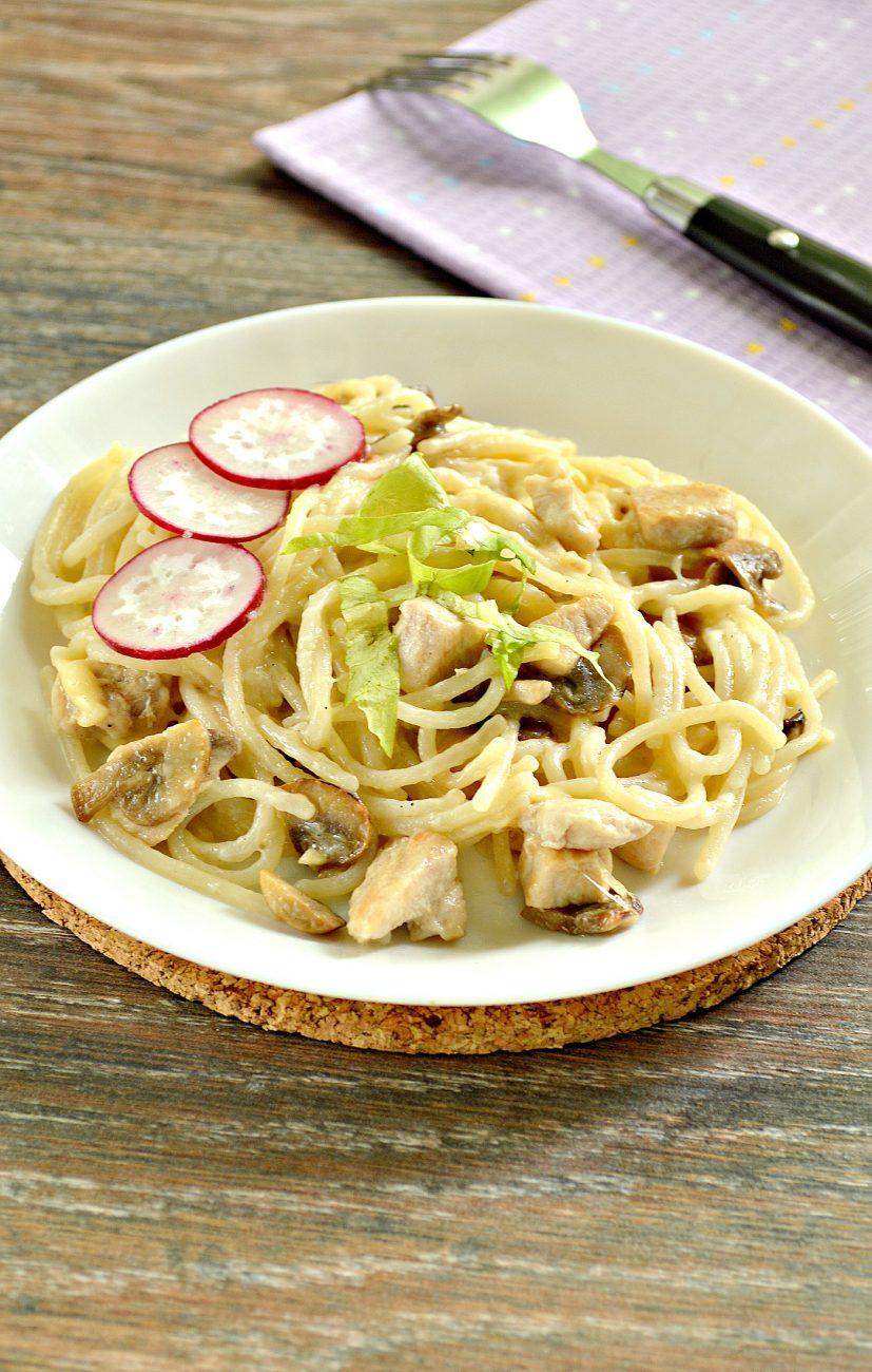 Спагетти с курицей, грибами и сыром