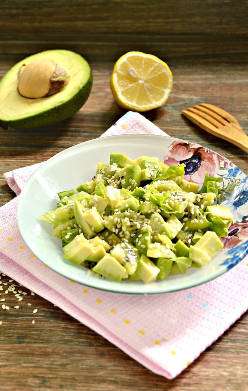 Витаминный салат из авокадо и киви
