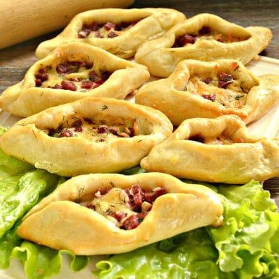 Пирожки-лодочки с колбасой и сыром - рецепт с фото