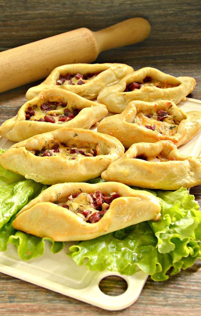 Пирожки-лодочки с колбасой и сыром