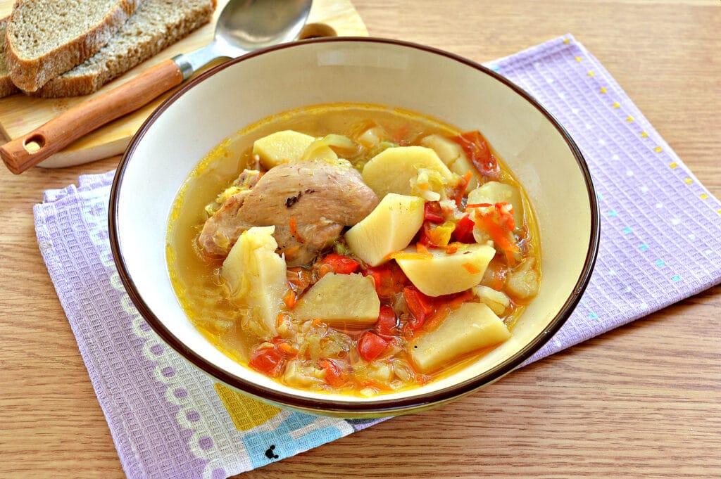 Фото рецепта - Куриные бедра, тушенные с овощами и картофелем в мультиварке - шаг 8