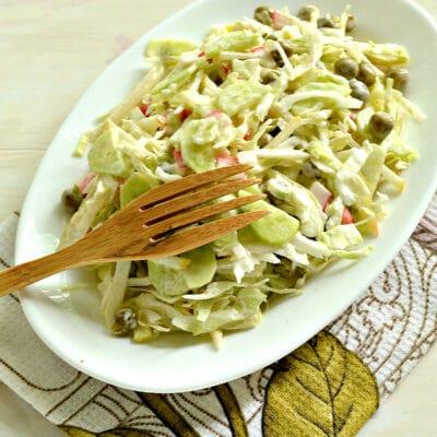Салат с капустой, крабовыми палочками и грушей - рецепт с фото