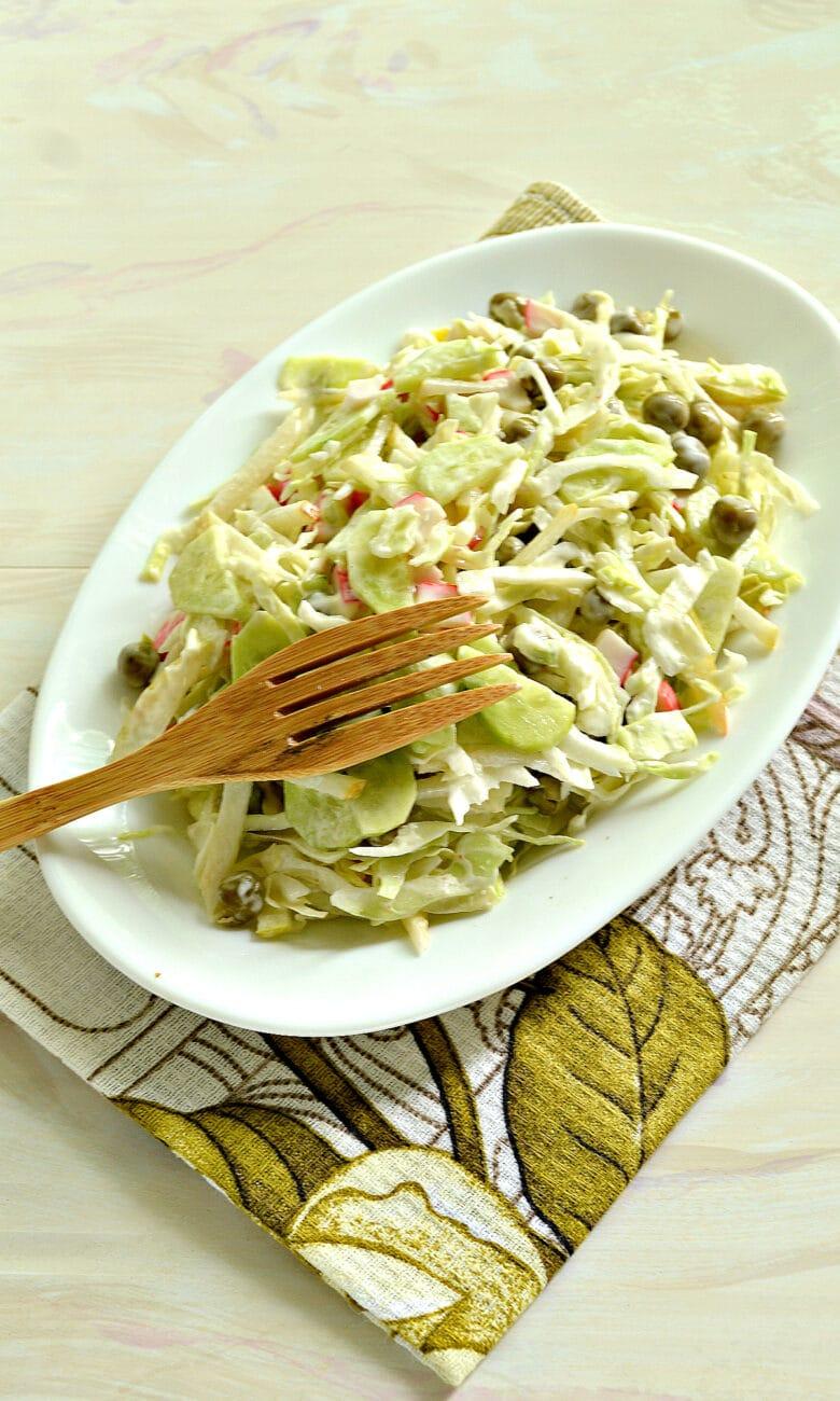 Салат с капустой, крабовыми палочками и грушей