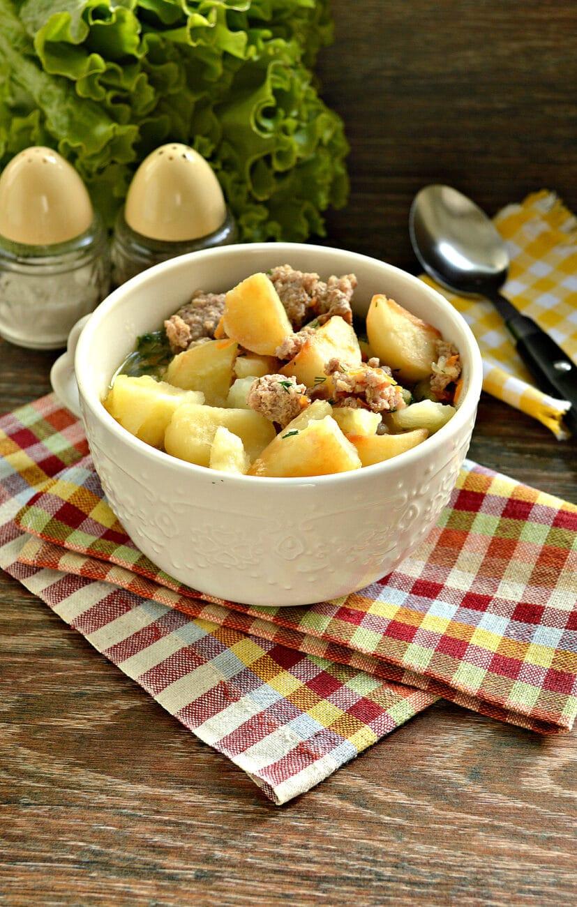 Тушёный картофель на сковороде с фаршем