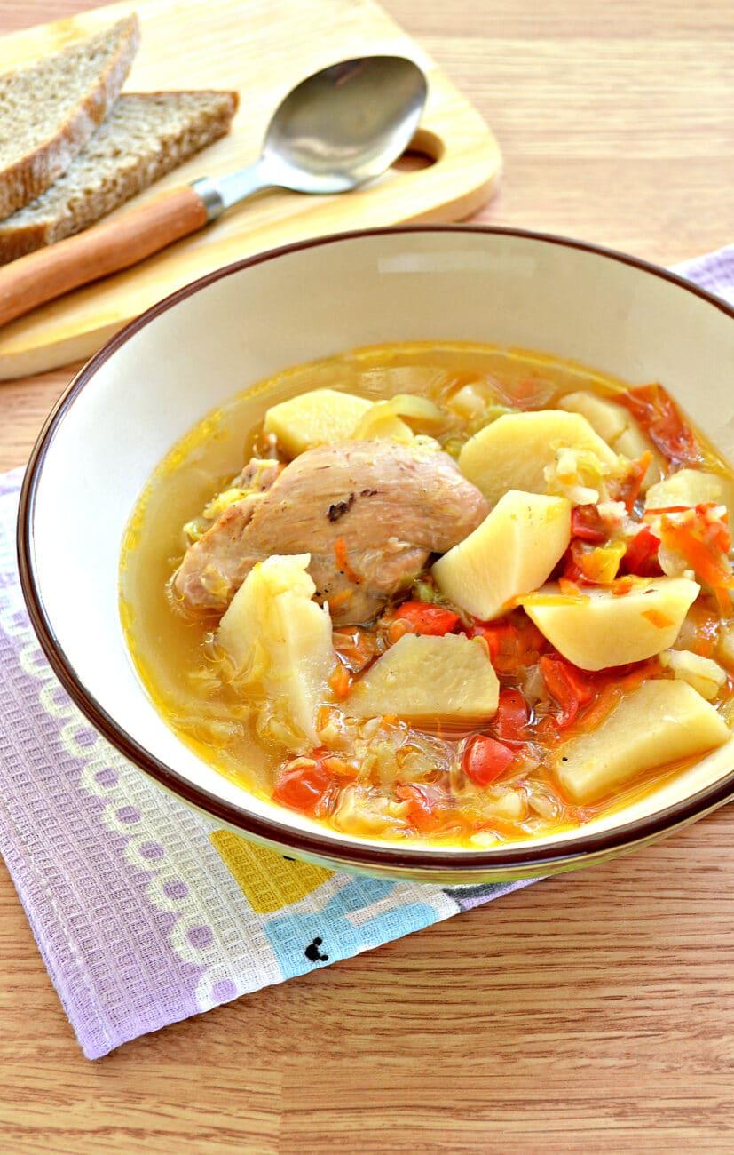 Куриные бедра, тушенные с овощами и картофелем в мультиварке