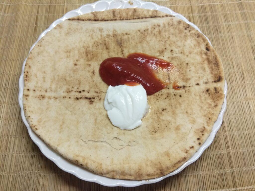 Фото рецепта - Пита с сосисками и помидорами - шаг 1