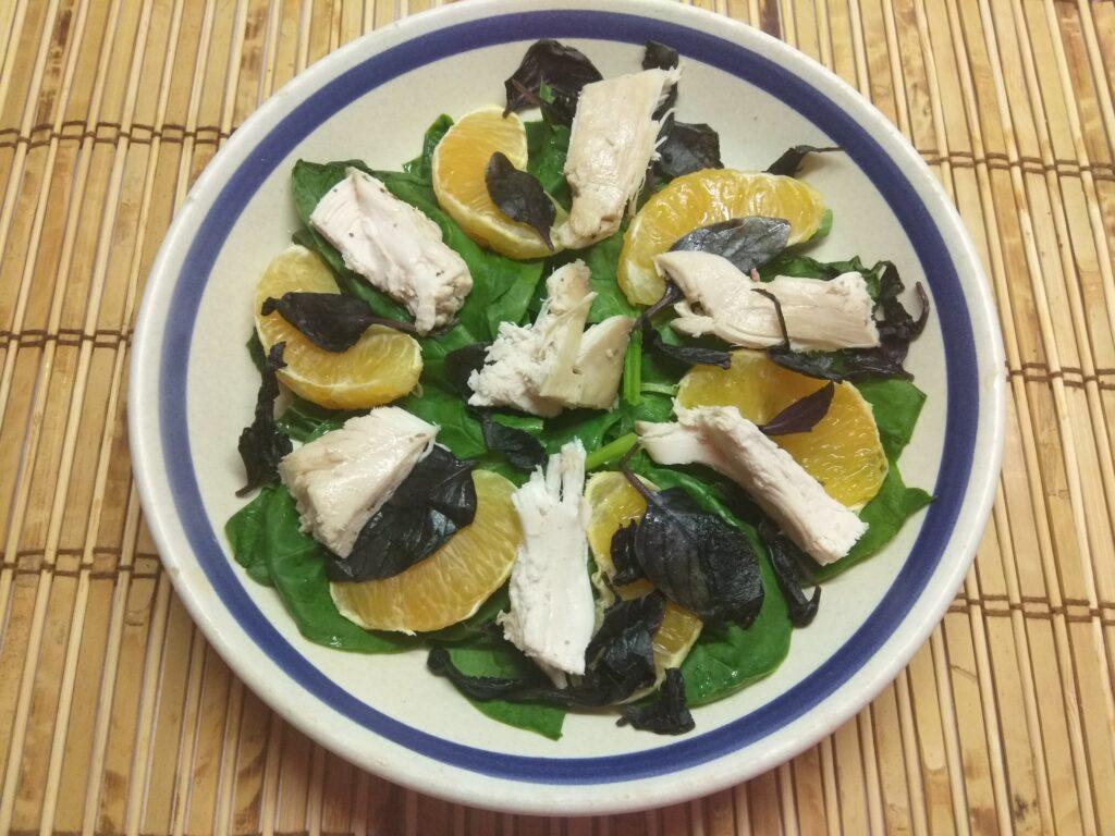 Фото рецепта - Салат из шпината, курицы, апельсина и базилика - шаг 4