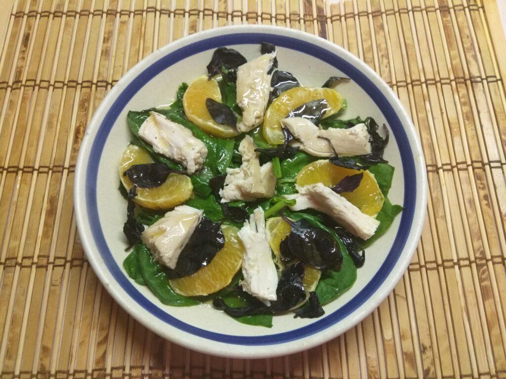 Фото рецепта - Салат из шпината, курицы, апельсина и базилика - шаг 6