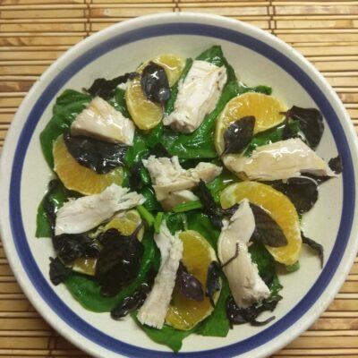 Салат из шпината, курицы, апельсина и базилика - рецепт с фото