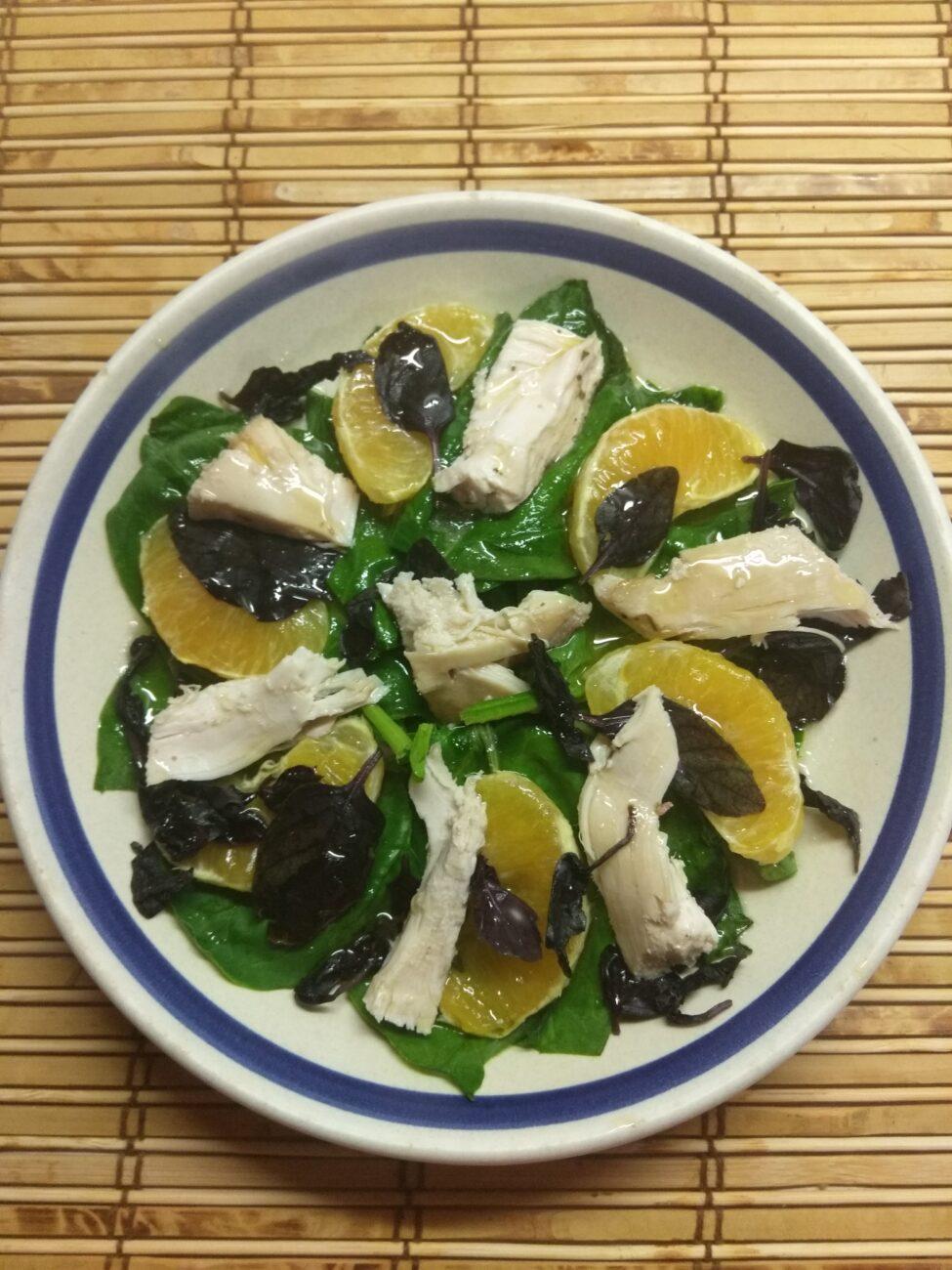 Салат из шпината, курицы, апельсина и базилика