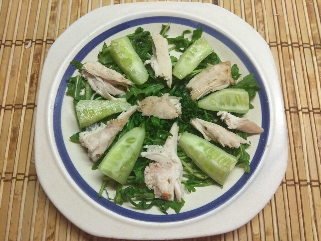 Фото рецепта - Салат из рукколы, куриного филе, огурцов и киви - шаг 3
