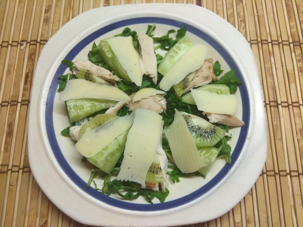 Фото рецепта - Салат из рукколы, куриного филе, огурцов и киви - шаг 5